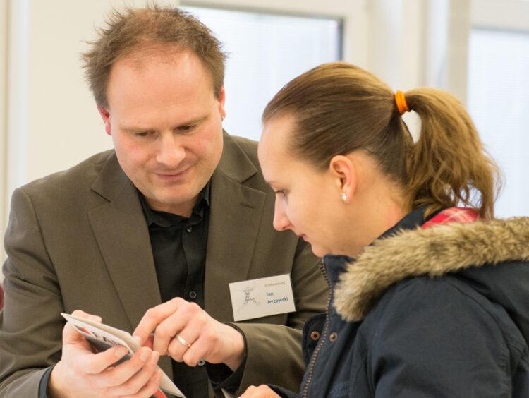 Anerkennungsberaterin Jan Jerzewski hilft zugewanderten Menschen, die in Deutschland weiter in ihrem gelernten Beruf arbeiten möchten.