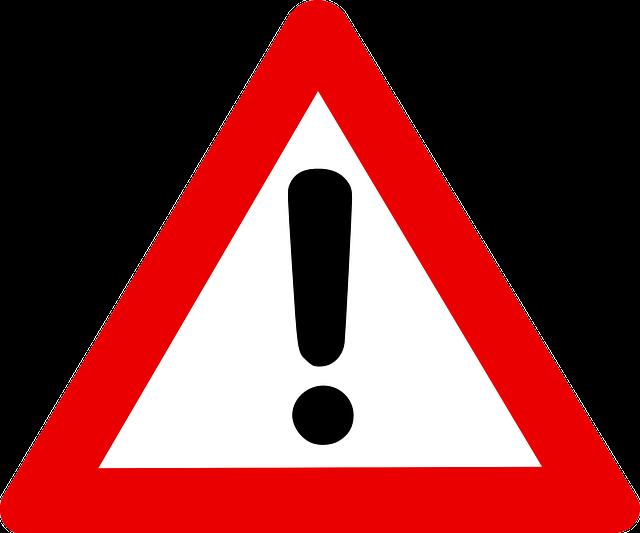 Ein dreieckiges Warnschild. Es hat einen roten Rand und in der Mitte ist ein Ausrufezeichen.