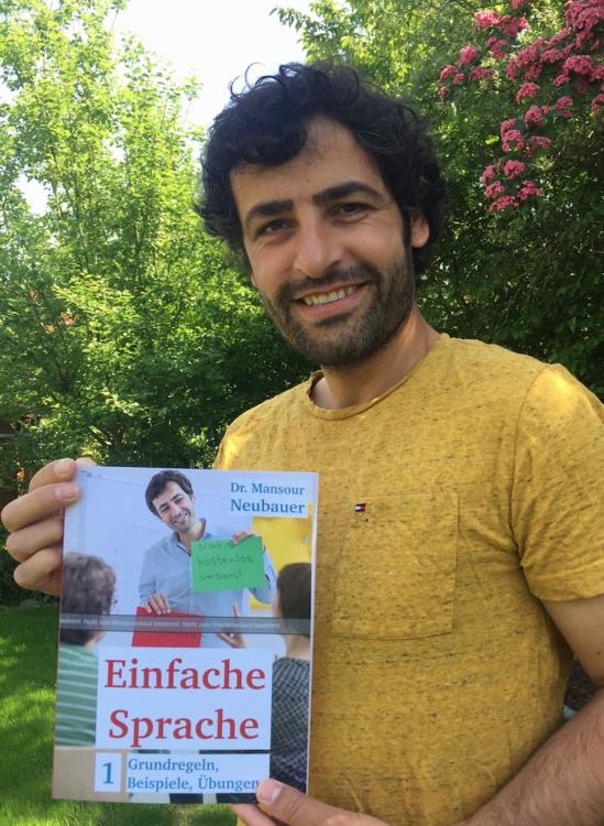 """Dr. Mansour Neubauer ist Herausgeber des Regelwerks """"Einfache Sprache""""."""