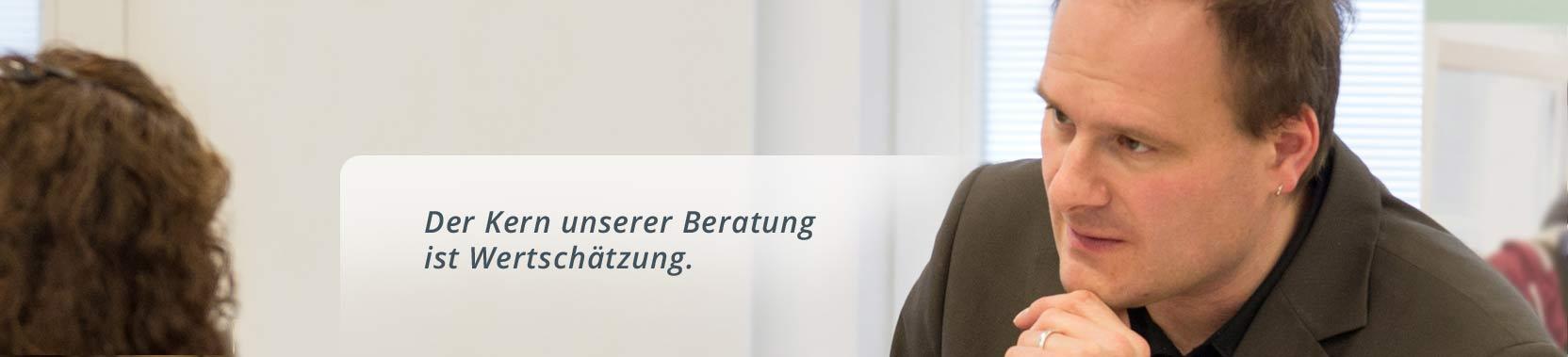 Jan Jerzewski von der Anerkennungsberatung Bremen hilft Migrant:innen weiter in ihrem erlenten Beruf arbeiten zu können.